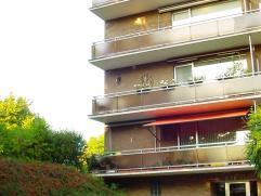 Zeer ruim appartement met zonnige oriëntatie. Omschrijving: gelijkvloers: garagebox. Vierde verdieping: inkomhal met vestiairekasten, living, ter