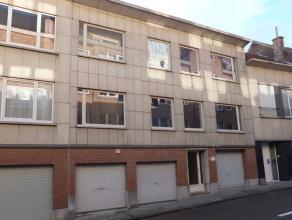 Leuk appartement op de eerste verdieping. Omschrijving: inkomhal, toilet, badkamer (ligbad en lavabo), living, terras, keuken, 2 slaapkamers. HUURINFO