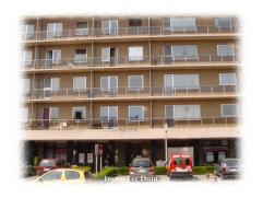 Op de tweede verdieping aan de achtergevel. Omschrijving: inkomhal met grote muurkast, living, terras, slaapkamer, badkamer, keuken, kelder en gemeens