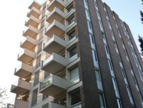 Gerenoveerd appartement met 2 slaapkamers en terras. Omschrijving: ondergronds een private kelder en gemeenschappelijke fietsenstalling. Negende verdi