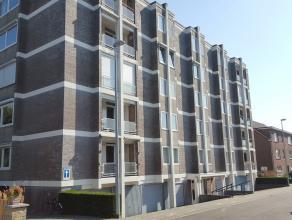 Ruim appartement met terras, kelder en garage. Omschrijving: ondergronds: kelder, garage met elektrische poort. Vierde verdieping: inkomhal, toilet, l