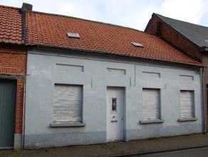 Te renoveren of af te breken woning, gelegen in het centrum van Oelegem, vlakbij winkels, scholen, kerk, autosnelweg, .....De woning bestaat uit: woon