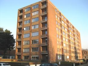 Ideaal gelegen appartement 90 m² met twee slaapkamers op de vierde verdieping.<br /> <br /> Het appartement omvat: Inkomhal met vestiaire, toilet