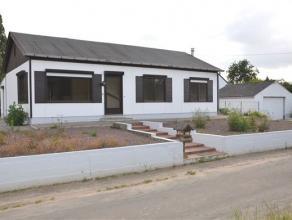 Bungalow met 3 slaapkamers op 6a14ca gelegen midden een oase van groen en toch vlot bereikbaar. Deze bungalow omvat inkomhal, salon en eetplaats, keuk
