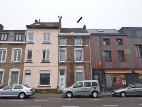 Te renoveren rijwoning op 70ca in hartje Tienen en op 3 min wandelafstand van het station bestaande uit inkomhall, living met opeenvolgende eetplaats,