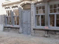 Dit prachtig gerenoveerde herenwoning, gelegen in een rustige straat in centrum Leuven, huisvest 14 moderne studentenkamers met eigen sanitair.Laatste