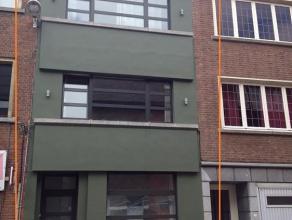 Opbrengsthuis onderverdeeld in 2 duplexappartementen. Het gelijkvloers en een stukje van het eerste verdiep vormen het eerste appartement ( +- 80 m&su