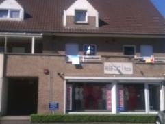 Duplex appartement Grote woonkamer met eethoek uitgevend op zonnig terras (ZW gericht) met zonneluifel. Nieuwe, volledig ingerichte keuken. 1 Grote en