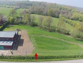 Perceel bouwgrond voor open bebouwing met een oppervlakte van 17a01ca en een breedte van 26m. Achteraan palende aan waardevol agrarisch gebied. Noord-