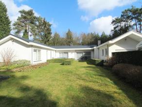 Rustig en residentiëel gelegen deels vernieuwd landhuis op een perceel van 19a33ca. Tuin is zuid-west georiënteerd. Omvat alles gelijkvloers