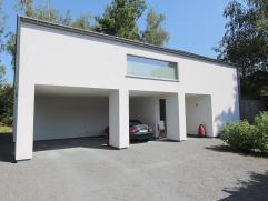 Rustig gelegen moderne villa op een mooi perceel van 12a51ca. Zuid-oost georiënteerd. De villa omvat op het gelijkvloers: inkomhal, bureel, 3 sla