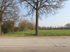 Perceel bouwgrond voor open bebouwing met een oppervlakte van 21a25ca. Zuid georiënteerd. Goedgekeurde verkaveling. Geen bouwverplichting. Steden