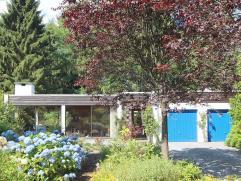 Zeer rustig en residentieel gelegen villa op een mooi perceel van 31 are 50 ca met mooie aangelegde tuin en bos, vlakbij natuur-wandelgebied. Zuid-wes