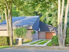 Rustig en residentieel gelegen moderne villa op 11 are 57 ca met mooie aangelegde tuin. West georiënteerd. Zeer goede verkeersverbindingen - op 5