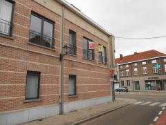 Ruim duplexappartement gelegen op de eerste en de tweede verdieping,bestaande uit:Inkom met apart toilet, open ingerichte keuken en living. Geen terra