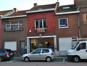 Handelspand (instapklaar) , zeer commercieel gelegen aan Kop van Kessel-Lo met grote vitrine en te renoveren woonst. Gelijkvloers : handelsruimte , ke