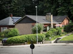 Deze villa, gelegen in het groen, verkeert werkelijk in nieuwstaat. De villa werd recent volledig gerenoveerd en heeft op het gelijkvloers: ruime livi