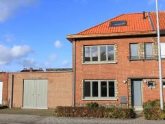 Grote instapklare woning met annex praktijkruimte van 77m2.Gelijkvloers : inkom, gastentoilet, grote open ruimte met living vooraan, eetplaats en ruim