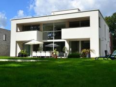 Op zoek naar een wel zeer ruime villa met praktijkruimte op een toplocatie in Linden ? Gelijkvloers : spacieuze inkomhal, gastentoilet, open ruimte me