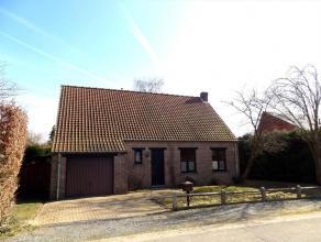 Op zoek naar een ruime en rustig gelegen woning? Deze villa met tuin beschikt over een ruime garage met berging, ruime inkomhal, wc, ruime L-vormige w