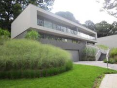 UCCLE - VALLON D'OHAIN - Cette magnifique Villa 4 façades est située dans un quartier très calme et verdoyant. Elle se compose d'