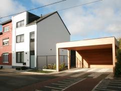 Volledig gerenoveerd, modern woonhuis met 4 slpk., tuin en carport Deze volledige (ver)nieuwbouwwoning, met maar liefst 4 grote slaapkamers en twee ba