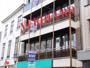 Volledig gerenoveerd APPARTEMENT te huur in het centrum van Diest, Botermarkt 15. Het appartement is gelegen op de tweede verdiep in een gebouw met ha