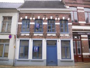 Totaal gerenoveerde rijwoning te huur Schaffensestraat 35 te 3290 Diest. Deze zeer smaakvol ingerichte woning in het centrum van Diest is gelegen op 5
