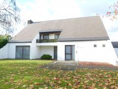 Zeer ruime woning met 4 tot 6 slaapkamers, 3 autostaanplaatsen en een ruime tuin in de stadsrand van Hasselt (achter Banneux-wijk). Inkomhal met vesti