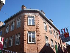 Leuk appartement op de 2de verdieping met 2 slaapkamers in het hart van Diest. Indeling: Inkomhal met apart toilet, ingerichte keuken, woonkamer, badk