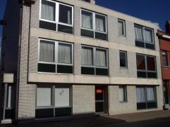 Rustig gelegen appartement op de eerste verdiepingBestaande uit : hall, living, 2 slaapkamers, badkamer, wc, berging en garage.EPC : 251 kWh/m²