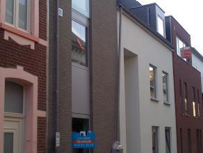 Gloednieuw appartement op het gelijkvloers met hal, toilet, woonkamer, ingerichte keuken met berging, complete badkamer en 1 slaapkamer. <br /> <br />