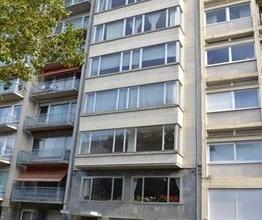 Ruim 3 slaapkamer appartement op de 2de verdieping. Grote inkomhal met vestiaire, apart toilet en bergruimte. Lichtrijke, ruime leefruimte met decorat
