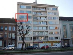 Instapklaar appartement bestaande uit : inkom met ingebouwde kast, ruime living met parket, keuken (inductie kookvuur, oven, dampkap, mogelijkheid om