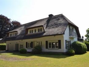 Grote villa met een bewoonbare opp van 355 m2, rustig gelegen op een prachtige terrein van 1.766 m2 in het Moriaubos. Inkomhal met toilet en vestiaire
