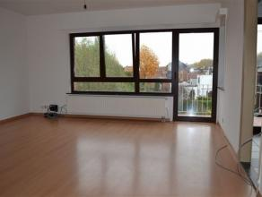 Zeer aangenaam appartement (80 m2) met 2 slaapkamers in een doodlopende straat met een terrasje. Op de 1e verdieping van een laagbouw appartement bere