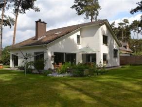 Prachtige, instapklare villa met 5 slaapkamers in een groene omgeving op een terrein van 1.800 m2. Ruime inkomhal met toilet en vestiaire (mogelijk oo