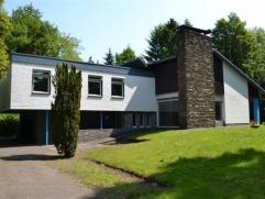 Uitzonderlijke villa op een terrein van 2126 m2 gelegen aan een commerciële baan met mogelijkheden voor een professionele uitbating gecombineerd