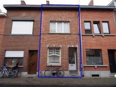 Ruime gezinswoning op wandelafstand van het station van Leuven. Omvat: inkomhal, leefruimte, eetplaats, keuken, apart toilet, wasruimte, badkamer, sla