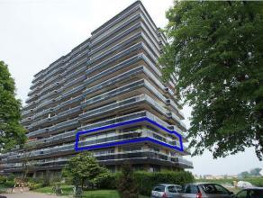 Ruim hoekappartement met drie volwaardige slaapkamers aan de rand van de stad Tienen omvat: inkomhal met apart toilet, vestiaire, ingerichte keuken, g