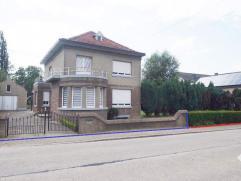 Landelijk gelegen te renoveren karaktervolle villa op 20a 77ca met bouwgrond voor half open bebouwing van 10a 47ca. De woning omvat op het gelijkvloer