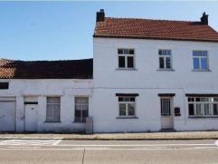 Ruime open bebouwing met vlotte verbinding naar E-40 en Leuven omvat: inkomhal, leefruimte, eetplaats, ingerichte keuken, apart toilet, berging, garag