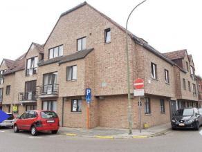 Zeer mooi gelijkvloers appartement in het centrum omvat: inkomhal, ruime leefruimte, ingerichte keuken, apart toilet, badkamer, 2 grote slaapkamers en