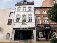 Centraal gelegen duplex-appartement nabij de Grote Markt, omvat: ruime woonkamer, eetkamer, keuken, badkamer, WC, 3 slaapkamers en vaste trap naar de