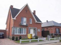 Zeer mooi en perfect onderhouden villa op 7a25ca gelegen in het dorpscentrum van Kumtich. Vlotte verbinding openbaar vervoer en E40. De woning omvat o