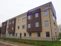 Mooi nieuwbouwapp. op de 3de (hoogste) verdieping, met lift. Omvat: inkomhal met vestiaire, apart toilet, leefruimte, half-open ingerichte keuken, ber