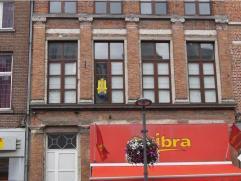 Zeer ruim, centraal gelegen appartement op het 1ste verdiep, zonder lift. De woning omvat: ruime inkom, leefruimte van 32m², keuken, berging, toi