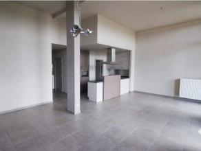 Ruim gelijkvloers appartement van 105m² nabij het centrum, met prachtig terras van 52m². Omvat: inkomhal, apart toilet, leefruimte, eetplaat