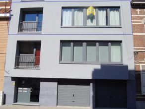 Aangenaam appartement in het centrum van Leuven in een kleinschalig gebouw op het 2de verdiep met lift omvat: inkomhal met apart toilet, leefruimte, e