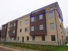 Mooi nieuwbouwapp. op de 3de (hoogste) verdieping met lift. Omvat: inkomhal met vestiaire, apart toilet, leefruimte, half-open ingerichte keuken, berg